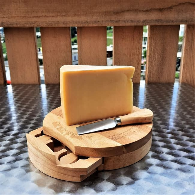 Käsebrett mit drei Käsemesser